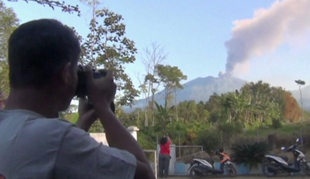 https://au.news.yahoo.com/world/a/28750109/indonesia-extends-airport-closures-due-to-erupting-volcano/