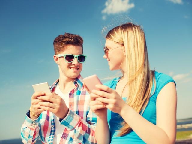 TeenCoupleCellPhones